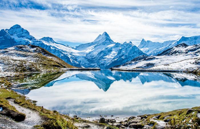 A tundra alpina ocorre em regiões de elevada altitude e de clima frio de montanha, como os Alpes Suíços.