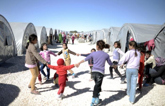 Refugiados sírios vivendo em uma tenda de refugiados no distrito de Suruc, Turquia.