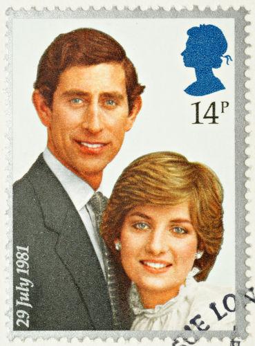 Imagem do príncipe Charles e da princesa Diana em selo de correspondência.