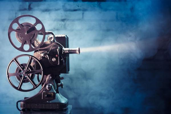 O cinema surgiu em 1895, com a invenção do cinematógrafo. A primeira sessão de cinema no Brasil aconteceu em 1896.