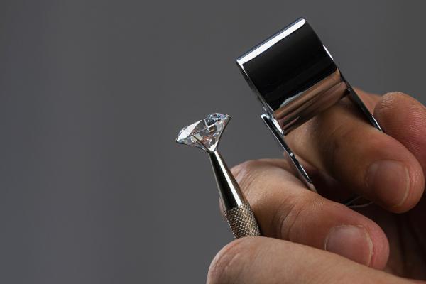 Os cobiçados e belos diamantes são cristais formados única e exclusivamente por átomos de carbono, um ametal.