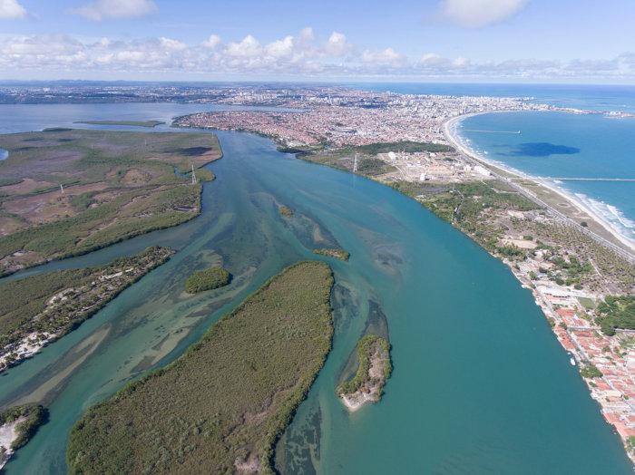 Vista aérea do lago Mundaú, em Maceió, Alagoas, Brasil.