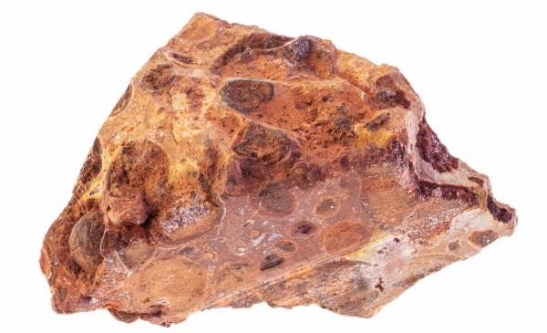 Minério bauxita, rico em óxido de alumínio, principal fonte de alumínio metálico.