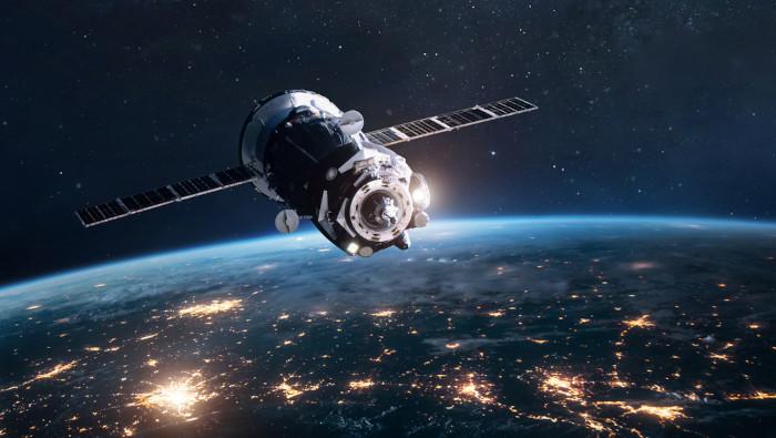 Satélite orbitando a Terra.