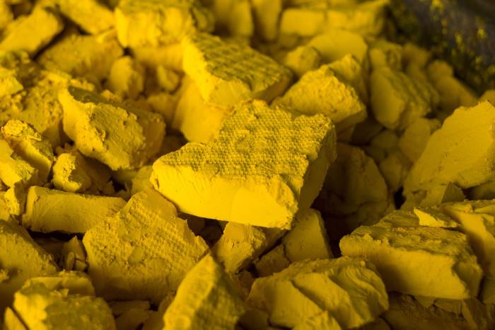 """Yellow cake (""""bolo amarelo"""", em português) é um material rico em U3O8 usado para produção de energia nuclear."""