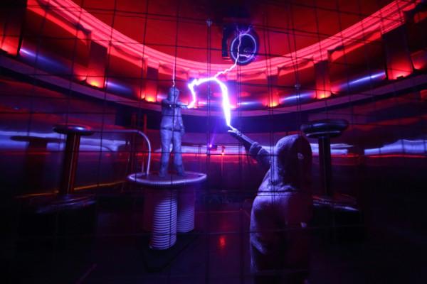 A gaiola de Faraday é um sistema que impede a passagem de campo elétrico e magnético. [1]