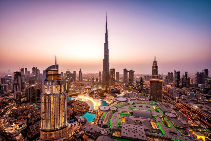 Foto aérea de Dubai ao entardecer.