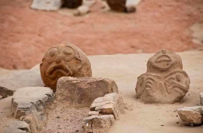 Duas esculturas do Mesolítico, assemelhando-se a uma figura humana.