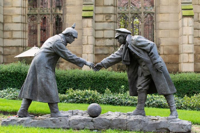 """Estátua localizada em Liverpool (Inglaterra) que recorda a """"trégua de Natal"""" ocorrida em dezembro de 1914. [2]"""