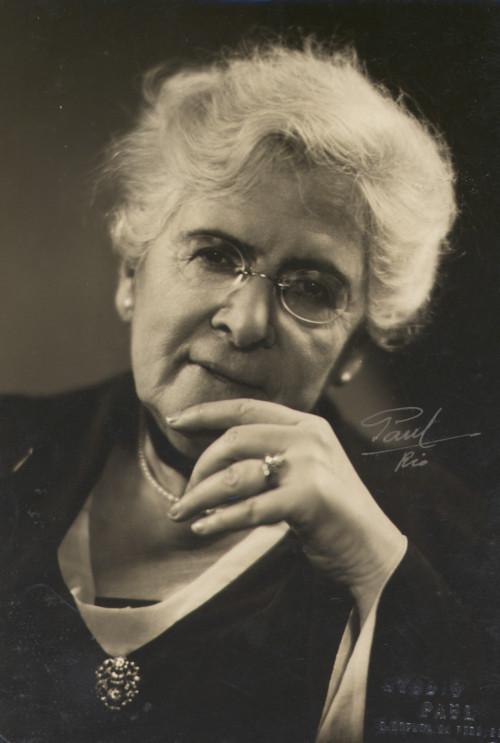 Júlia Lopes de Almeida foi autora que imprimiu traços realistas e naturalistas em suas obras.