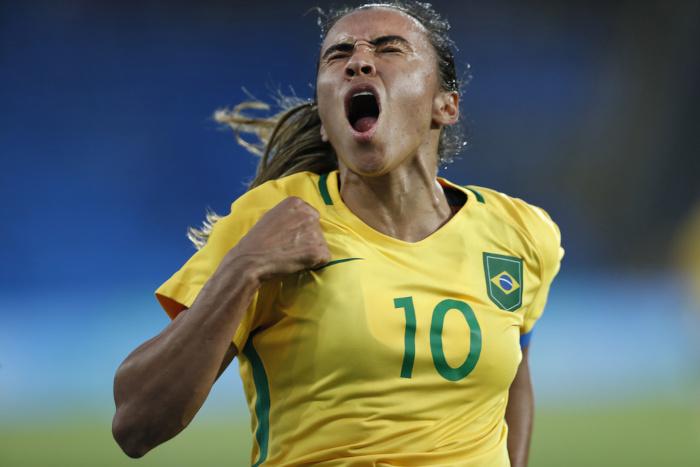Jogadora da seleção brasileira feminina Marta comemorando.