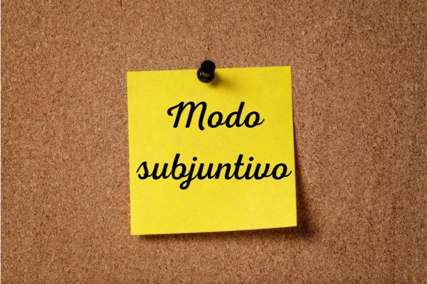 O modo subjuntivo, diferentemente do indicativo, expressa hipóteses e incertezas.