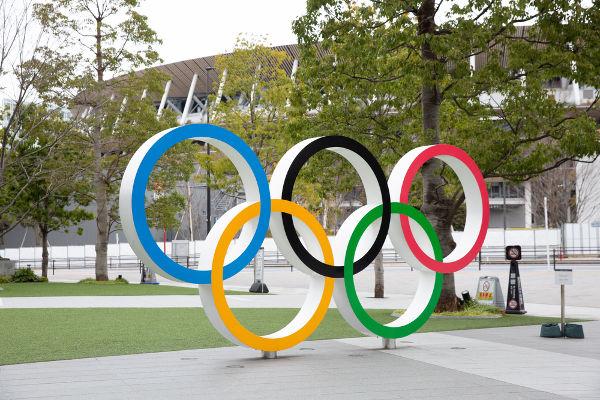 Monumento do símbolo olímpico e o novo estádio construído para os Jogos Olímpicos de Tóquio 2020. [1]