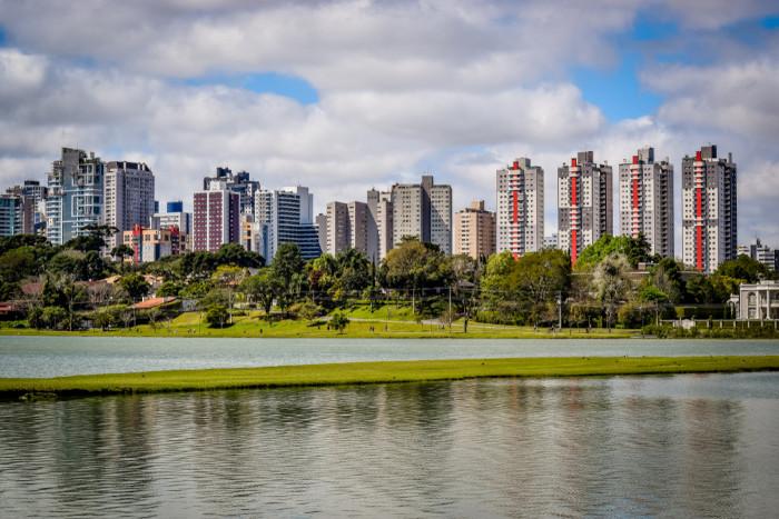 Foto de um parque da cidade de Curitiba.