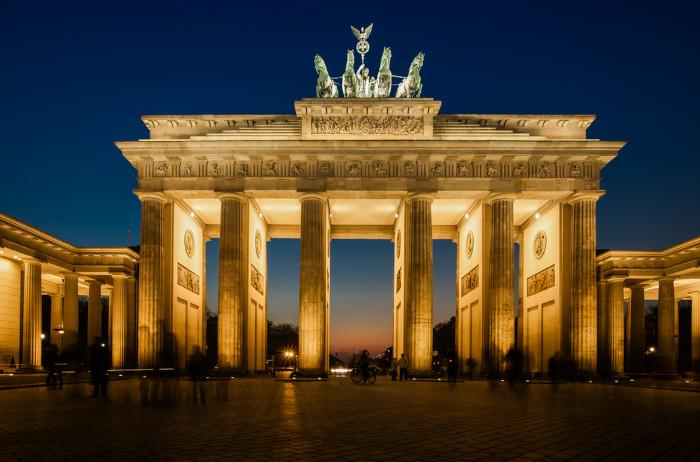Portão de Brandemburgo iluminado, em Berlim, Alemanha.