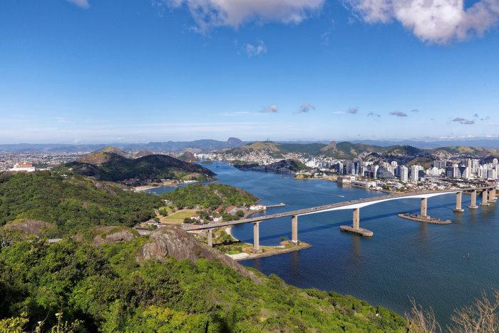 Vista da Terceira Ponte, que liga os municípios de Vitória e Vila Velha, no Espírito Santo.