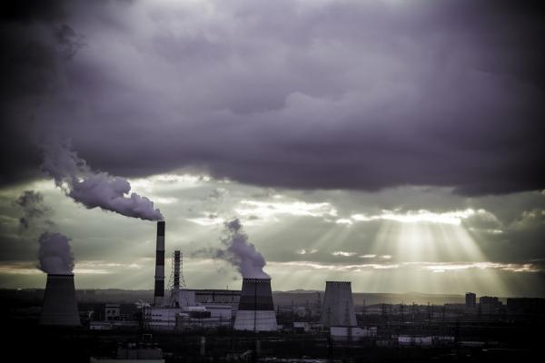 Nos grandes centros urbanos, a emissão de poluentes por meio da queima de combustíveis fósseis e pelas indústrias pode ocasionar a chuva ácida