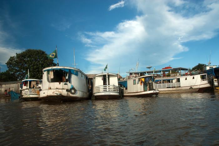 Foto de embarcações em Porto Velho.