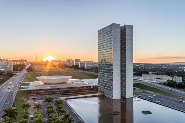 Foto de cima da esplanada dos ministérios e do Congresso Nacional em Brasília.