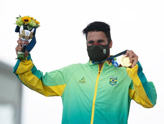 Surfista Ítalo Ferreira segurando medalha de ouro em Tóquio. [5]