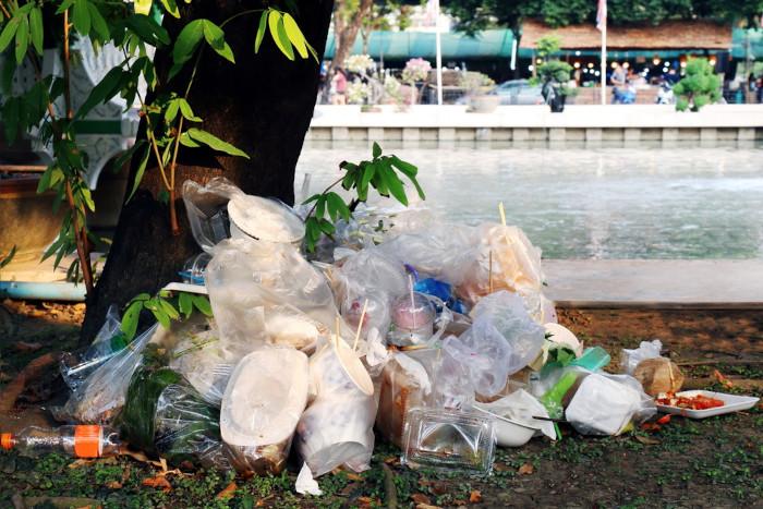 Monte de lixo plástico descartado inadequadamente.