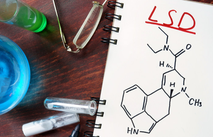 O LSD é uma droga sintética que não pode ser comercializada em território nacional.