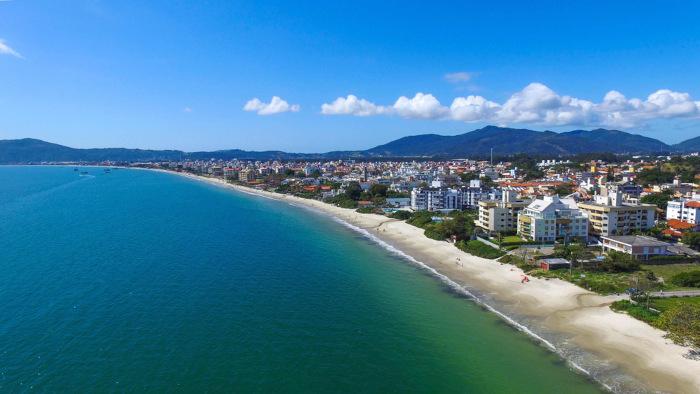 Vista aérea da orla de uma praia em Florianópolis.
