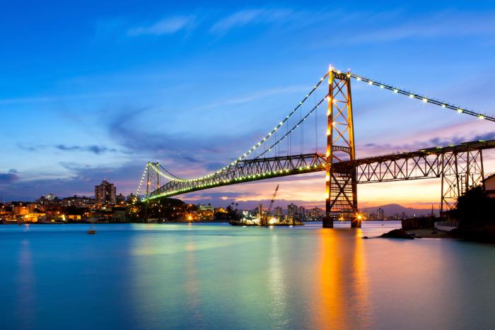 A Ponte Hercílio Luz é um dos principais pontos turísticos de Florianópolis.