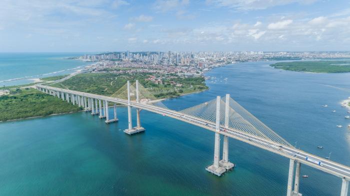Imagem aérea da ponte Newton Navarro em Natal, RN.