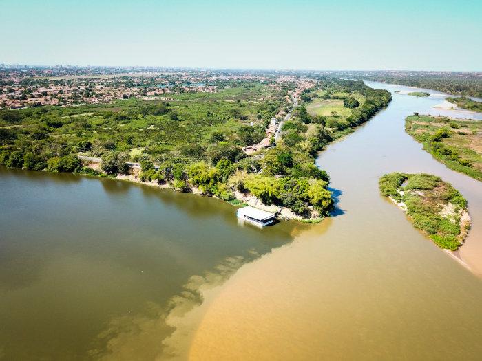 Vista aérea do encontro entre os rios Parnaíba e Poti em Teresina, Piauí.