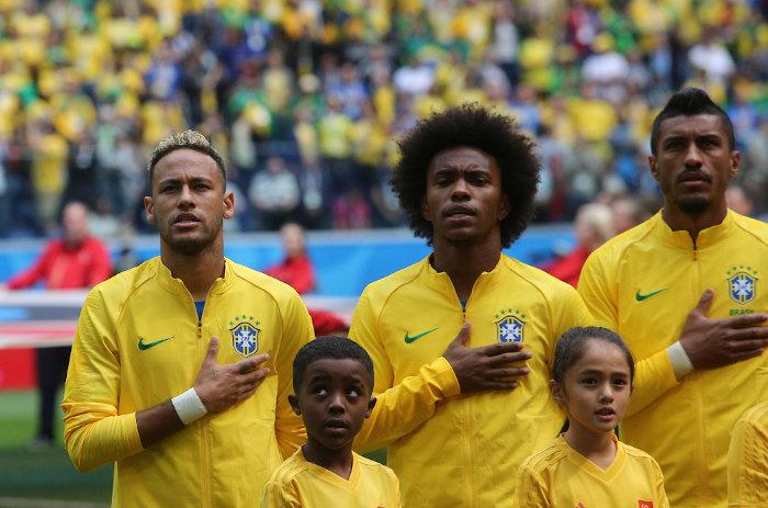 Jogadores da Seleção Brasileira de Futebol cantando o Hino Nacional.