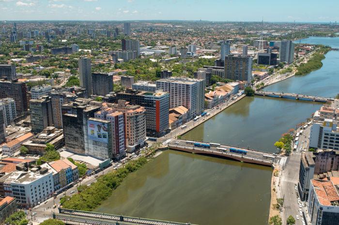 Vista aérea de parte da cidade de Recife, à beira do Rio Capibaribe.