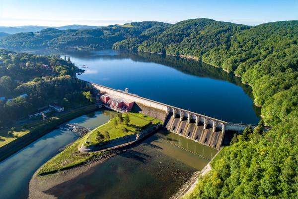 As usinas hidrelétricas são estruturas que utilizam a água como recurso para a geração de energia.