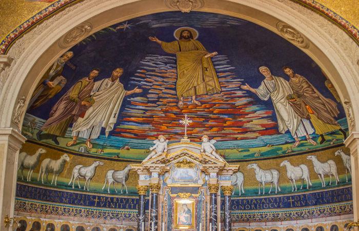 Interior da Basílica de São Cosme e Damião em Roma.