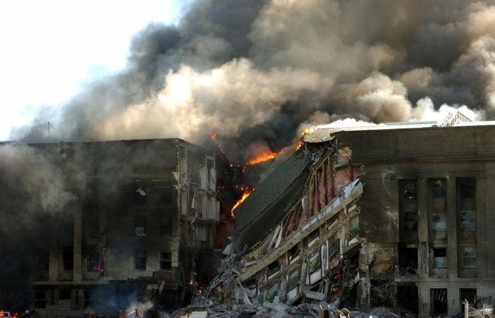 Foto do Pentágono em chamas após queda de um avião durante os atentados de 11 de setembro.