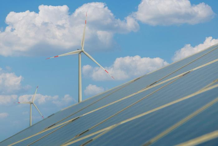 Painel solar fotovoltaico e turbinas eólicas para geração de eletricidade.
