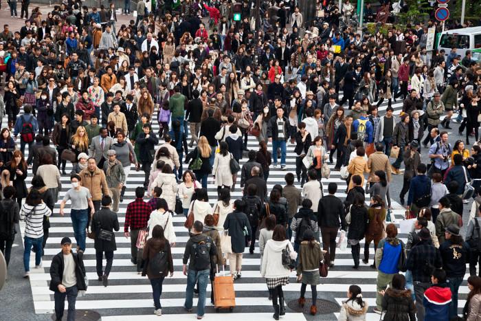 Grande número de pessoas em uma área urbana.