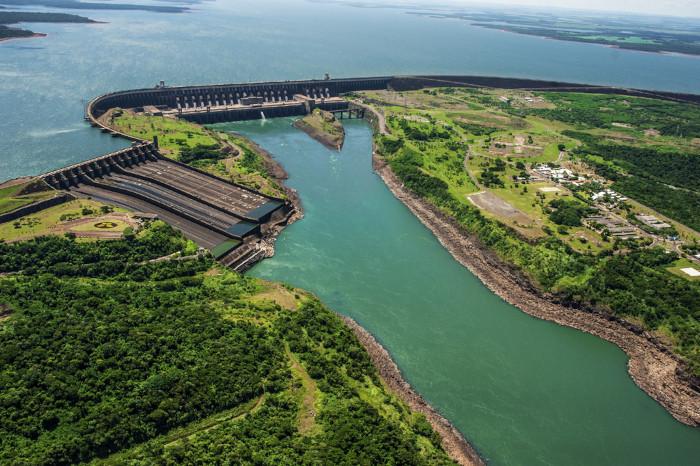 Vista aérea de uma usina hidrelétrica