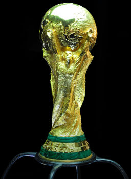 Detalhes (figuras humanas, ouro e malaquita) da taça da Copa do Mundo