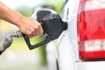 Veículo sendo abastecido com gasolina