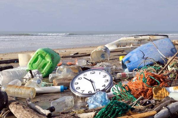 A poluição de mares e rios é um exemplo de ação antrópica negativa.
