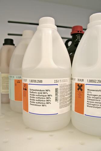 Ácido sulfúrico com concentração de 96% usado em laboratório