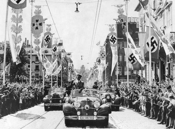 Adolf Hitler durante um carreata nazista.**