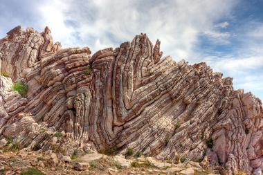 Exemplo de afloramento rochoso de camada interna alterada pelo tectonismo
