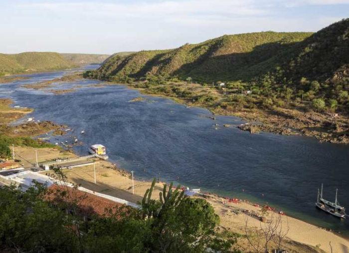 São muitos os afluentes do Rio São Francisco, que se dividem em rios perenes e rios intermitentes.