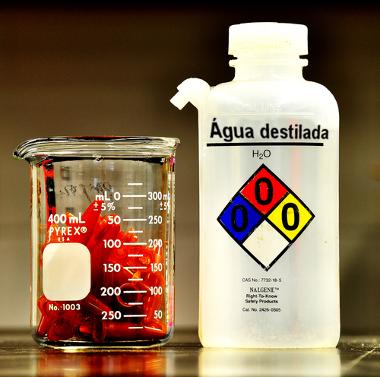 A água destilada é neutra a 25ºC, com pH igual a 7