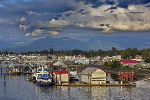 A região sul do Alasca possui floresta de coníferas. No verão, as temperaturas são mais amenas e a atividade pesqueira intensifica-se *