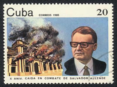 Selo cubano que mostra Allende e o Palácio La Moneda em chamas