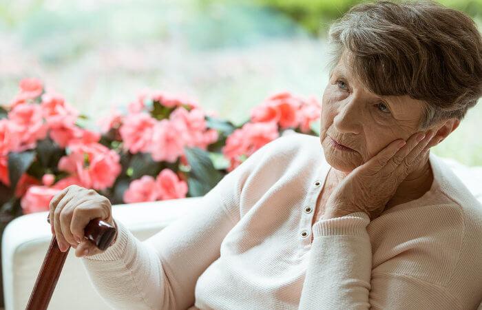A Doença de Alzheimer é uma das causas mais frequentes de demência.