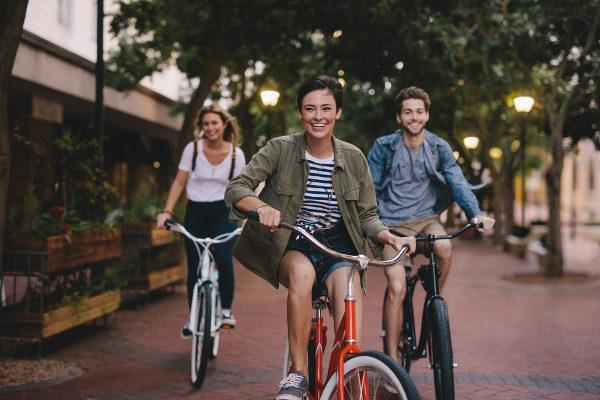 Trocar o carro por bicicleta é uma forma de diminuir a poluição atmosférica.